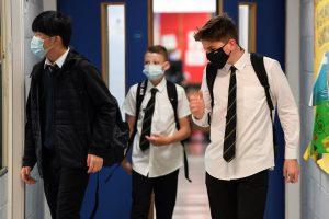 Des garçons portant des masques dans une école secondaire en Ecosse