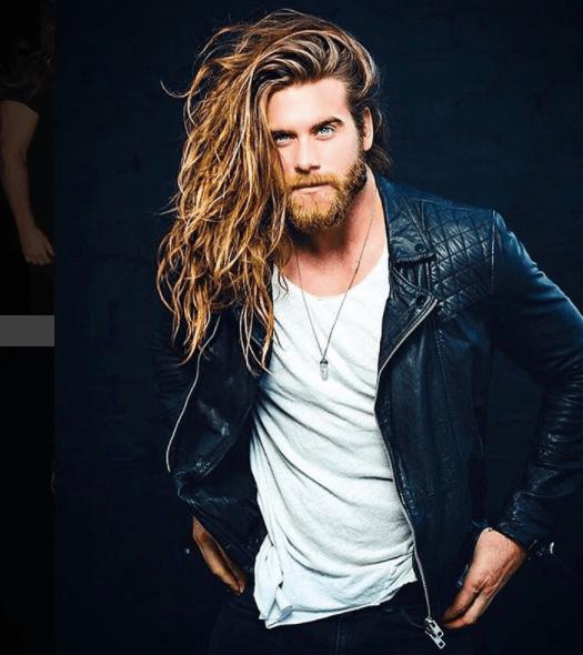 Le mannequin et acteur Brock O'Hurn aux cheveux longs et ondulés.