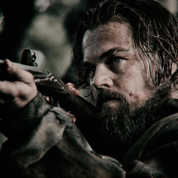 Leonardo DiCaprio avec des cheveux longs et bruns pour le tournage de The Revenant.