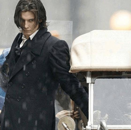 Ben Barnes filme Dorian Grey avec des cheveux longs.