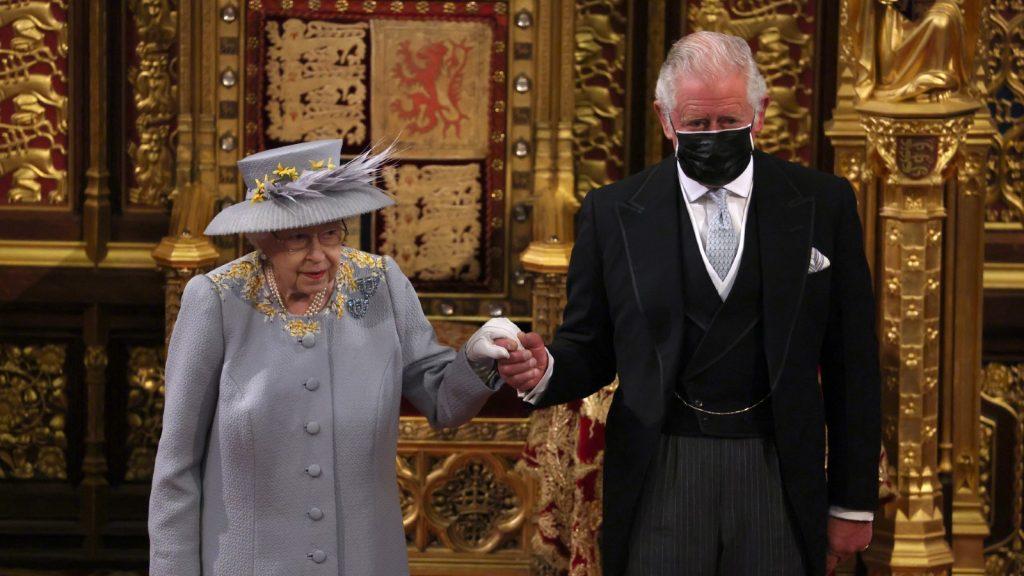 La Reine Elizabeth II arrive avec le Prince Charles, Prince de Galles dans la Chambre des Lords lors de l'ouverture officielle du Parlement.