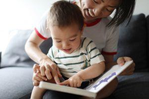 Lire un livre ensemble est l'une des 75 activités pour les tout-petits.