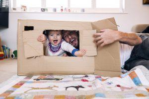 Une boîte en carton est l'une des 75 activités pour les tout-petits.