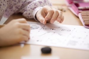 Gros plan sur les devoirs d'un enfant.