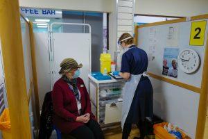 Femme recevant un vaccin Pfizer en Cornouailles
