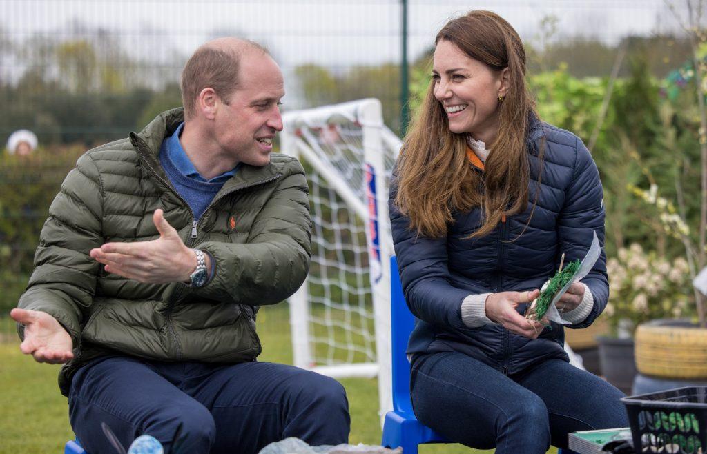 Catherine, duchesse de Cambridge et le Prince William, duc de Cambridge, rencontrent des jeunes soutenus par le projet Cheesy Waffles, une organisation caritative pour les enfants, les jeunes et les adultes ayant des besoins supplémentaires dans le comté de Durham, au Belmont Community Centre, le 27 avril 2021 à Durham, au Royaume-Uni.
