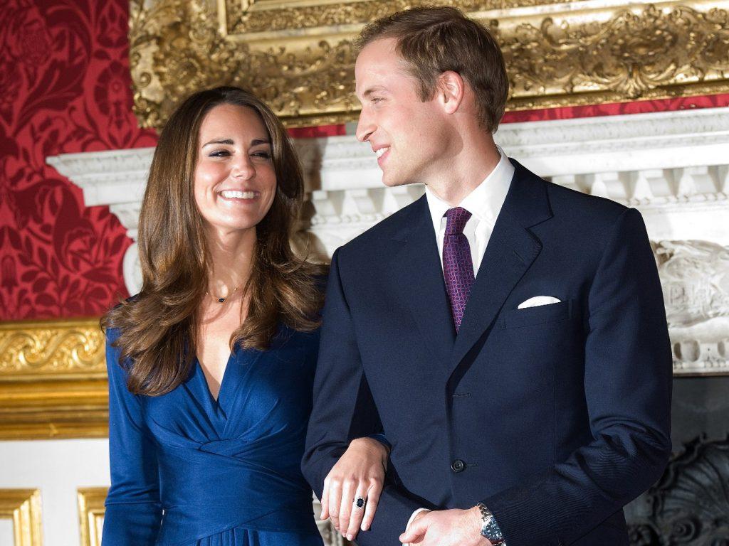 Le Prince William et Kate Middleton posent pour des photos dans les appartements d'Etat du Palais St James le 16 novembre 2010 à Londres, Angleterre.