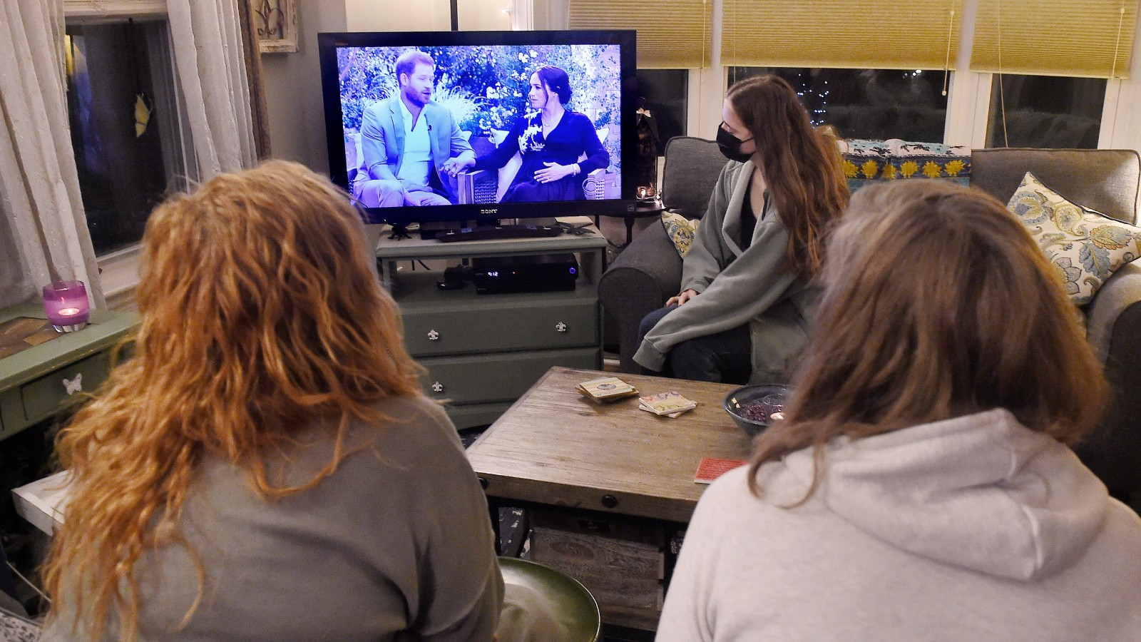Le Prince Harry et Meghan à la télévision sous le regard des gens à la maison.