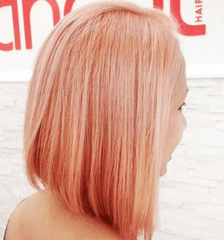 Femme avec une coiffure au carré inversé rose Instagram.