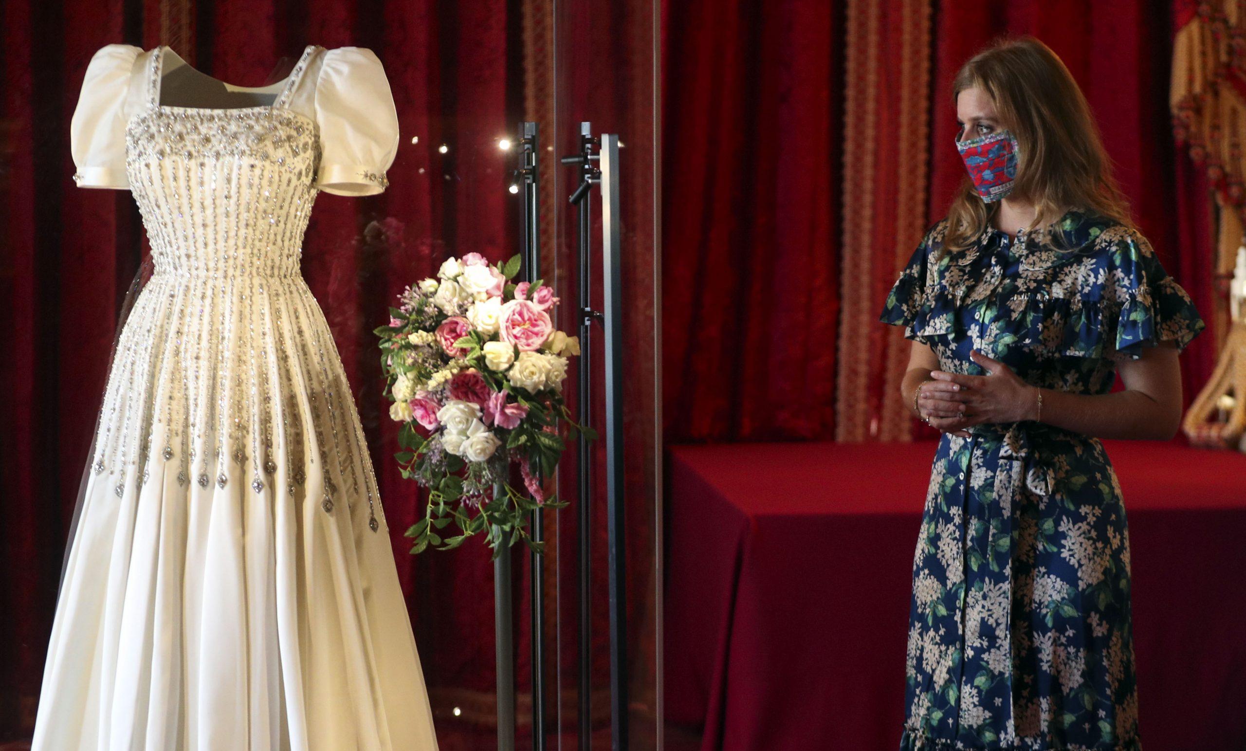 La princesse Beatrice admire sa robe de mariée exposée au château de Windsor.