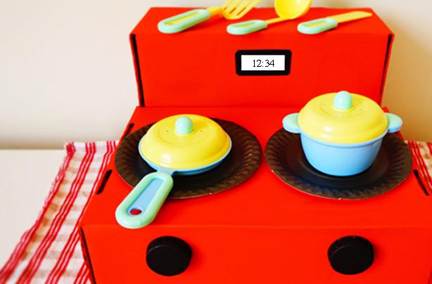 Une cuisine en forme de boîte à jouets est l'un de nos bricolages faciles pour les enfants.