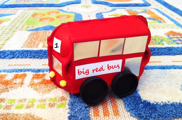 Un bus en boîte d'œufs est l'un de nos bricolages amusants pour les enfants.