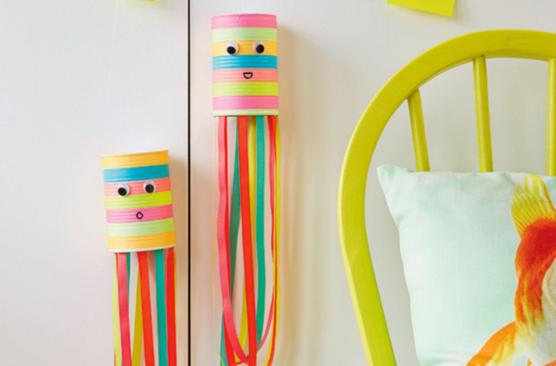 Ces boîtes de conserve colorées font partie de nos bricolages amusants pour les enfants.
