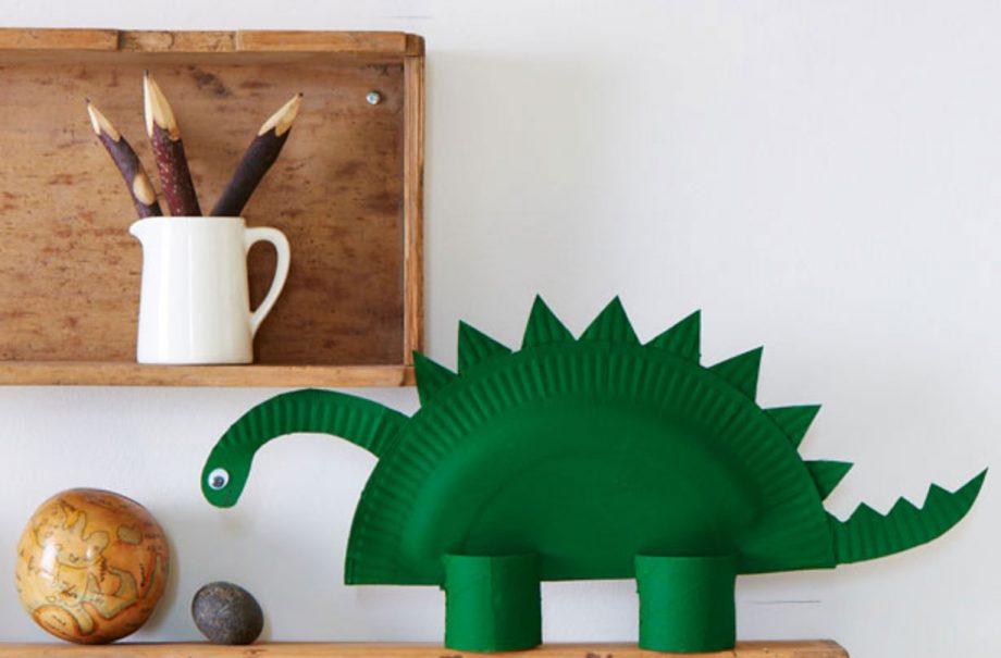 Cette création d'assiette de dinosaure est l'un de nos bricolages amusants pour les enfants.