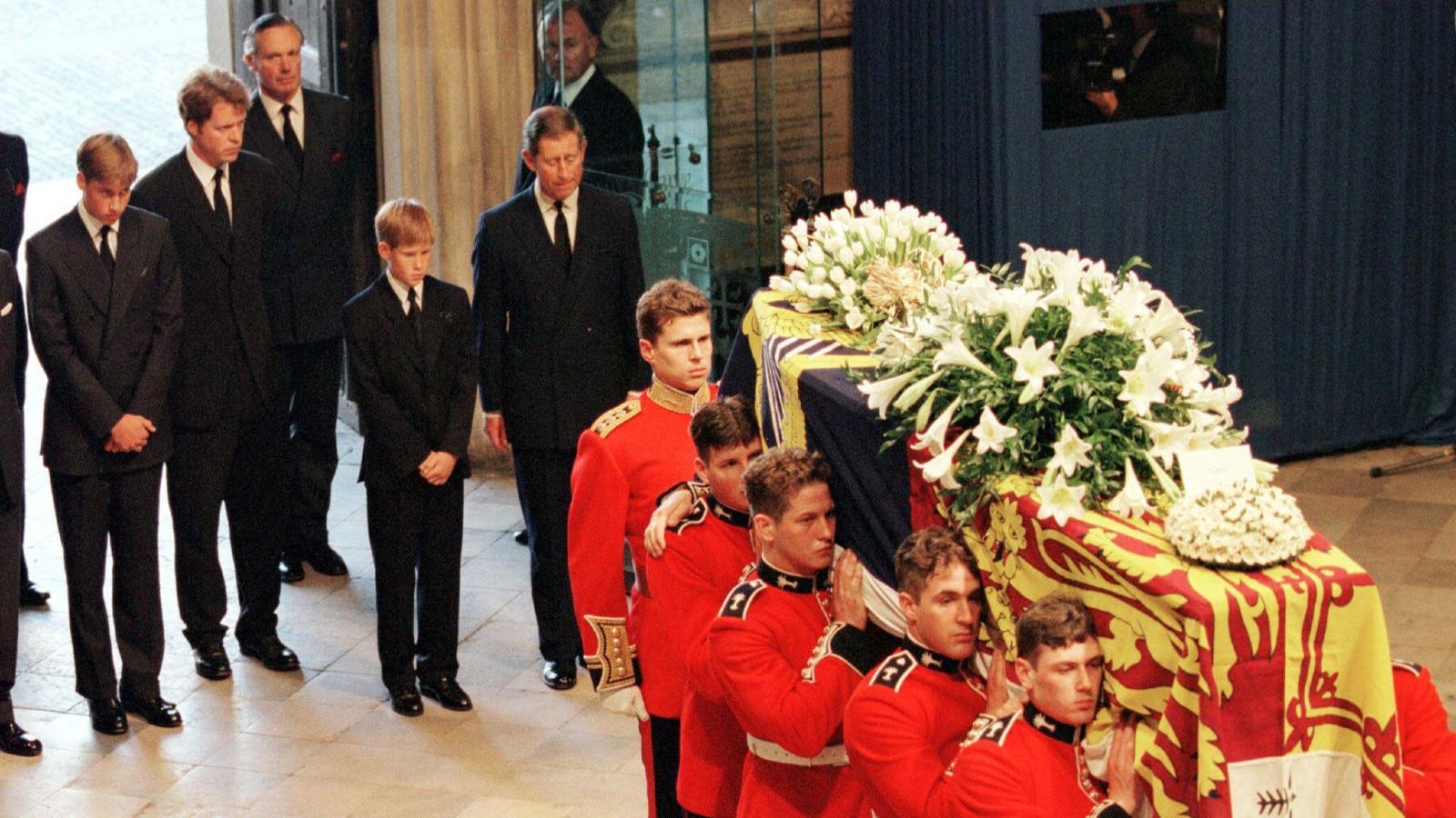 Le Prince William, le Comte Spencer, le Prince Harry et le Prince Charles suivent le cercueil de Diana, Princesse de Galles, dans l'Abbaye de Westminster le 6 septembre.