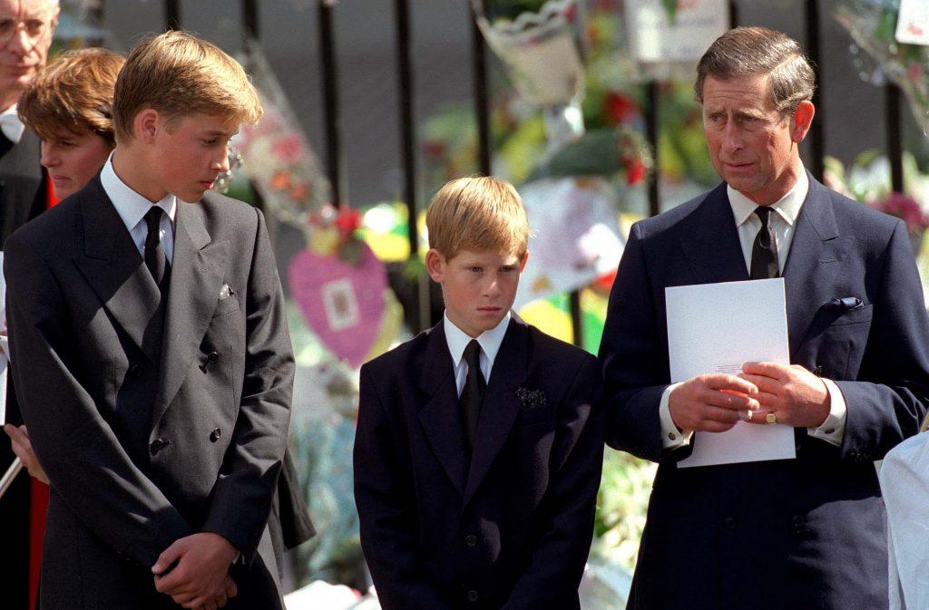 Le prince de Galles avec le prince William et le prince Harry devant l'abbaye de Westminster lors des funérailles de Diana, la princesse de Galles, le 6 septembre 1997.