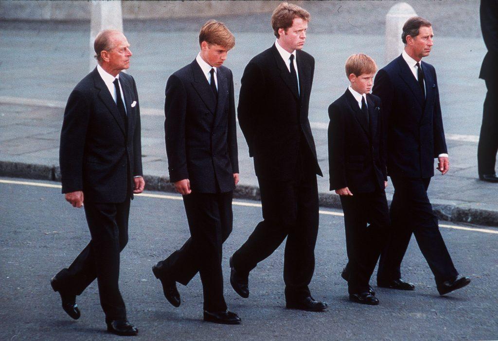 Le duc d'Édimbourg, le prince William, le comte Spencer, le prince Harry et le prince de Galles suivent le cercueil de Diana, princesse de Galles, en septembre 1997.