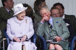 La Reine et Charles en train de s'amuser