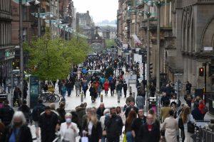 Des piétons se promènent à Glagow, en Écosse, alors que d'autres régions du Royaume-Uni passent en mode de verrouillage local.