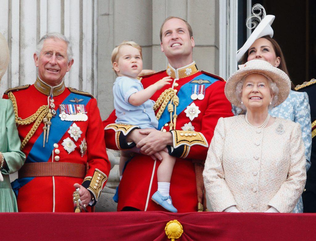 Le prince Charles, prince de Galles, le prince William, duc de Cambridge, le prince George de Cambridge, Catherine, duchesse de Cambridge et la reine Elizabeth II se tiennent sur le balcon du palais de Buckingham lors de la parade du drapeau, le 13 juin 2015 à Londres, en Angleterre.