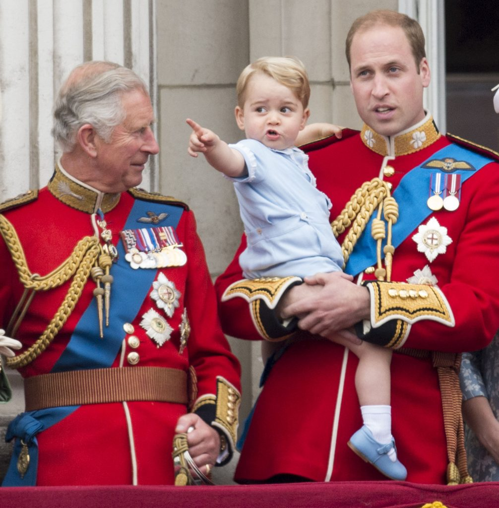 Le prince Charles, prince de Galles, avec le prince William, duc de Cambridge, et le prince George de Cambridge lors de la cérémonie annuelle du Trooping The Colour au palais de Buckingham, le 13 juin 2015 à Londres, en Angleterre.