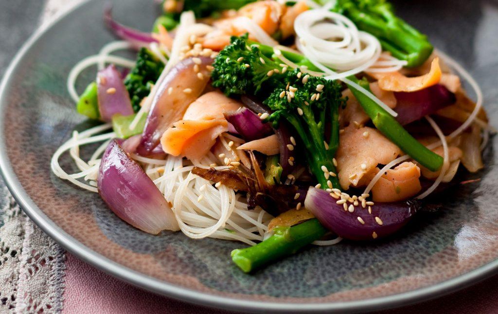 Sauté de saumon sur une assiette