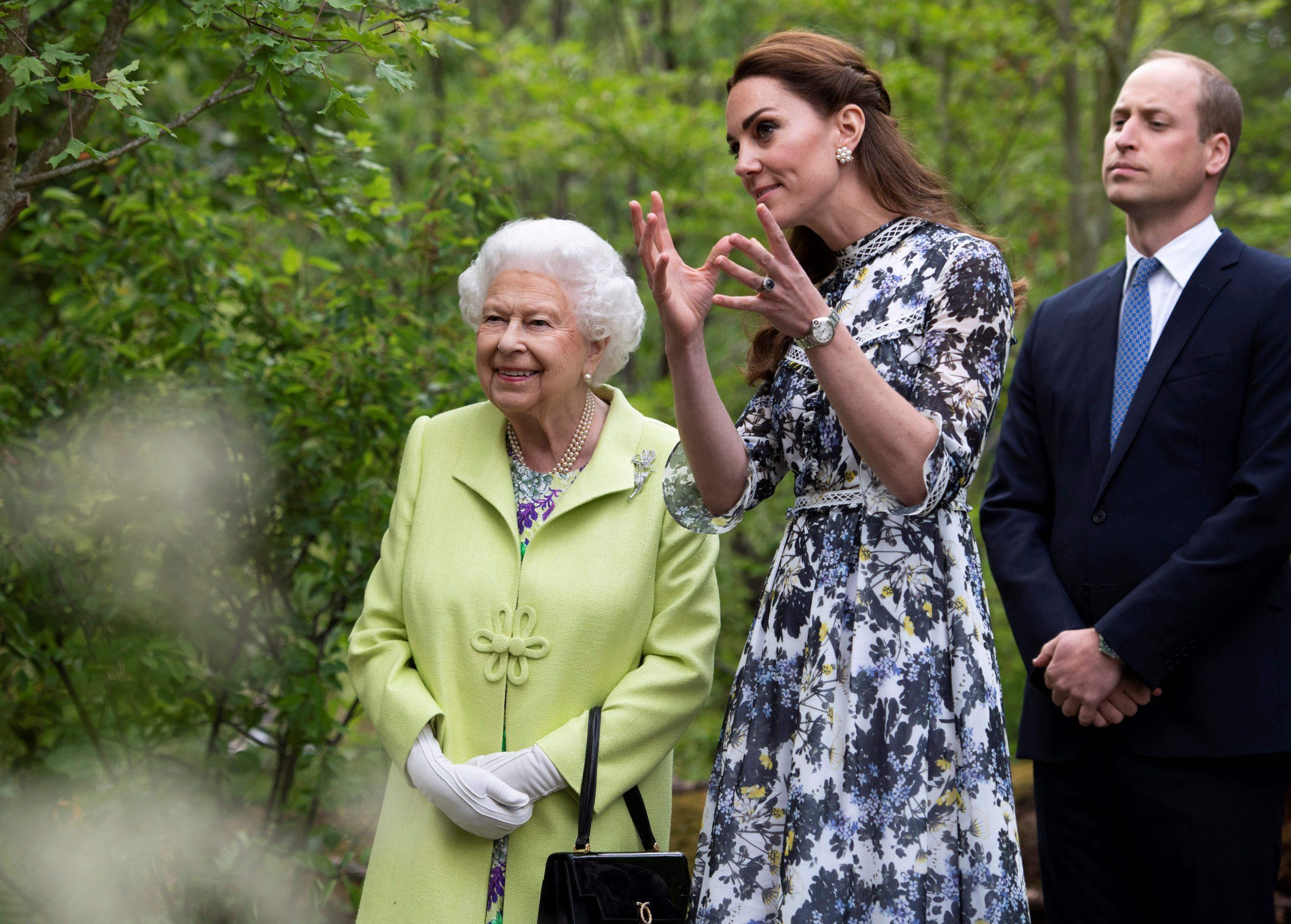 La Reine avec Kate Middleton et le Prince William.