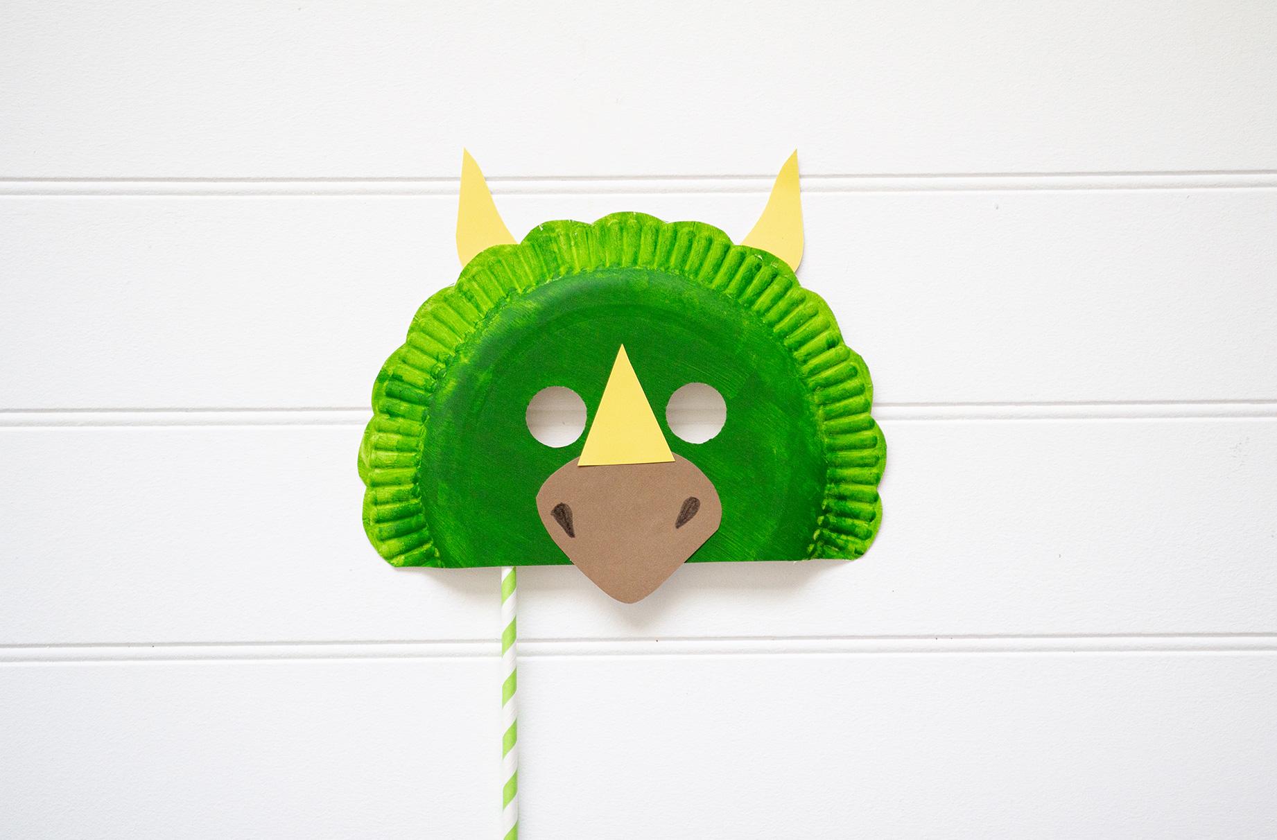 Un masque de dinosaure est l'une des 75 activités pour les tout-petits.