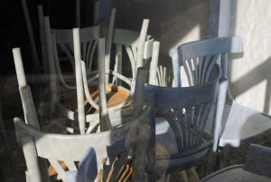 Des chaises en bois empilées dans un restaurant vide avant la levée des mesures de confinement au Royaume-Uni.