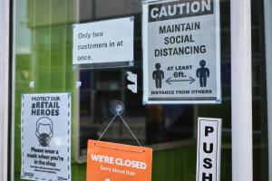 Signe de distanciation sociale sur la porte d'un magasin