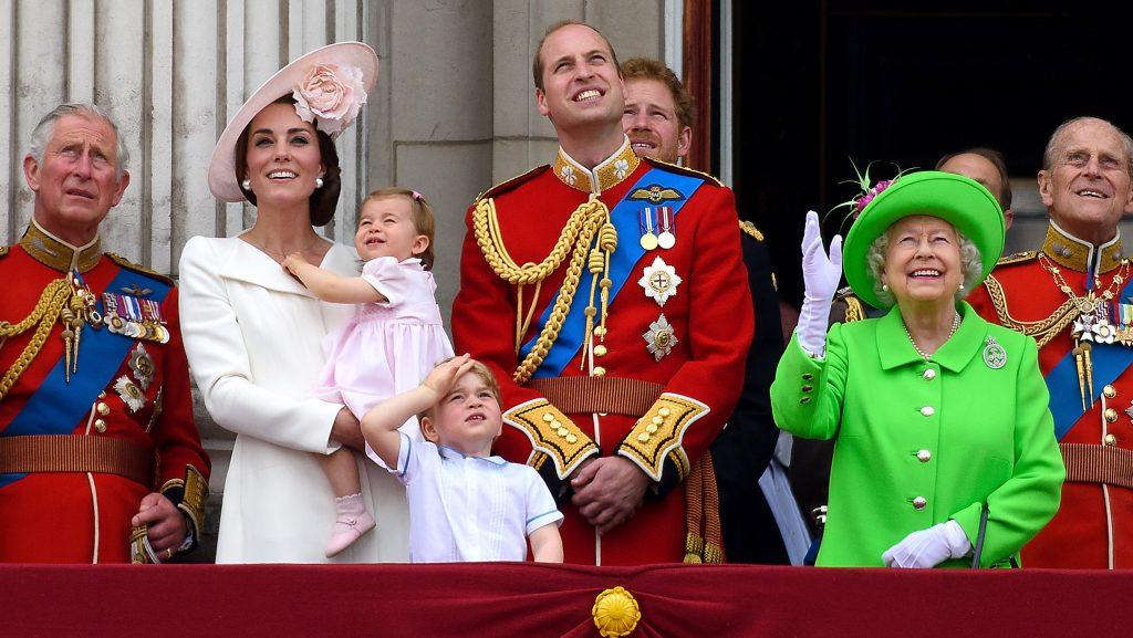 Le prince Charles, prince de Galles, Catherine, duchesse de Cambridge, la princesse Charlotte, le prince George, le prince William, duc de Cambridge, le prince Harry, la reine Élisabeth II et le prince Philip, duc d'Édimbourg, debout sur le balcon lors de la cérémonie du drapeau 2016.