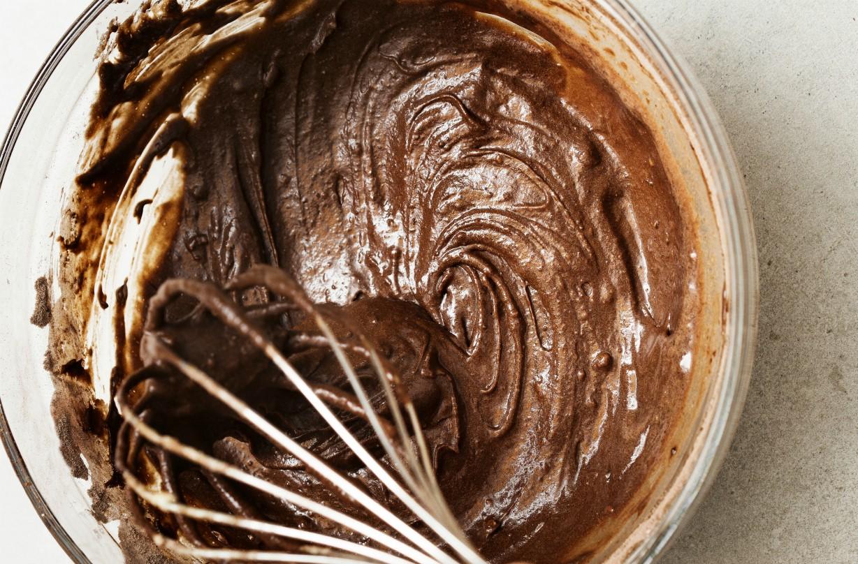 Fouetter les ingrédients pour le gâteau Reese's Pieces.