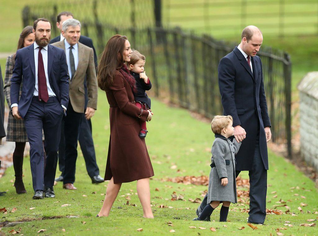Catherine, duchesse de Cambridge, le prince William, duc de Cambridge, le prince George de Cambridge, la princesse Charlotte de Cambridge, Michael Middleton, James Middleton et Pippa Middleton assistent à l'église le jour de Noël, le 25 décembre 2016 à Bucklebury, Berkshire.