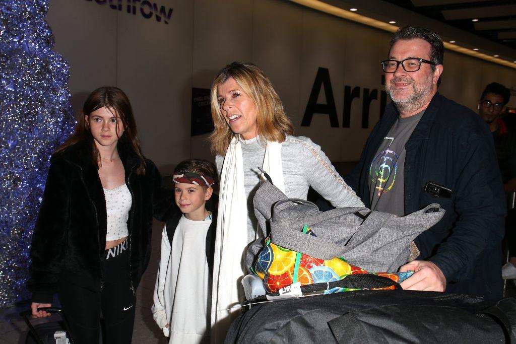 Kate Garraway, son mari Derek Draper et ses enfants Darcey Draper et William Draper arrivent à l'aéroport d'Heathrow après avoir participé à l'émission