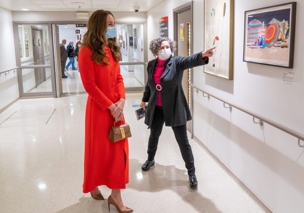 Catherine, duchesse de Cambridge, voit l'œuvre d'art exposée par le directeur de Vital Arts for Barts Health NHS Trust, Catsou Roberts, lors d'une visite au Royal London Hospital Whitechapel, le 7 mai 2021 à Londres, en Angleterre.