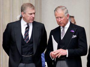 Le Prince Charles et le Prince Andrew en pleine conversation