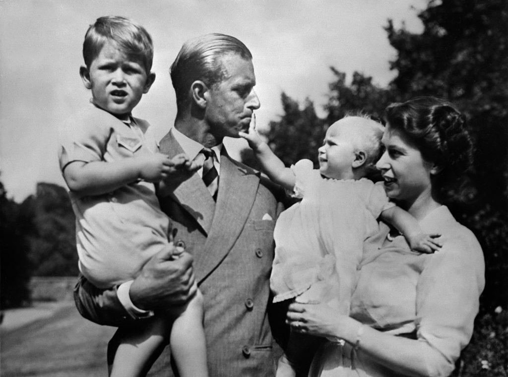 Couple royal britannique, la reine Elizabeth II et son mari Philip, duc d'Édimbourg, avec leurs deux enfants, Charles, prince de Galles (à gauche) et la princesse Anne (à droite), vers 1951.