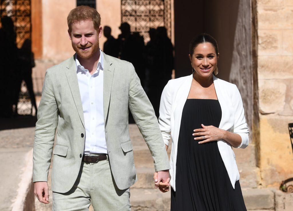 Le prince Harry, duc de Sussex, et Meghan, duchesse de Sussex, se promènent dans les jardins andalous publics fortifiés qui ont des plantes exotiques, des fleurs et des arbres fruitiers lors d'une visite le 25 février 2019 à Rabat, au Maroc.