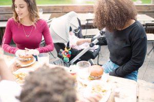 Des amis se réunissant à l'extérieur, car la règle des six inclut les enfants et les bébés.