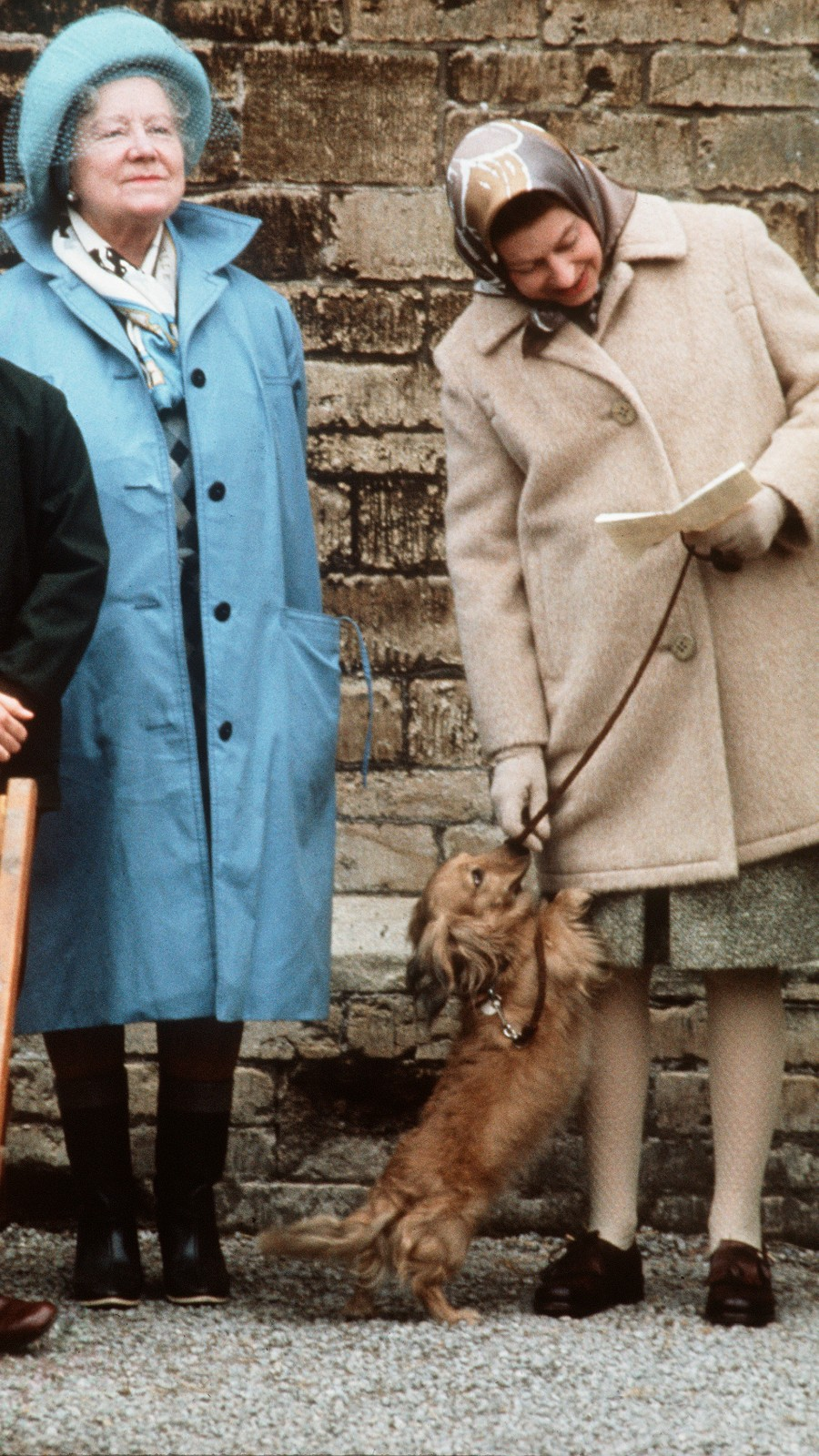 La reine, Elizabeth II avec son corgi et la reine mère.