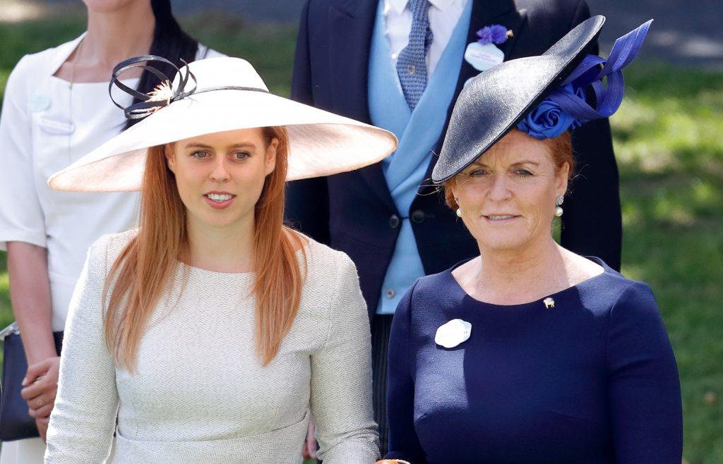 La princesse Beatrice et Sarah, duchesse d'York, assistent au quatrième jour du Royal Ascot à l'hippodrome d'Ascot, le 22 juin 2018 à Ascot, en Angleterre.