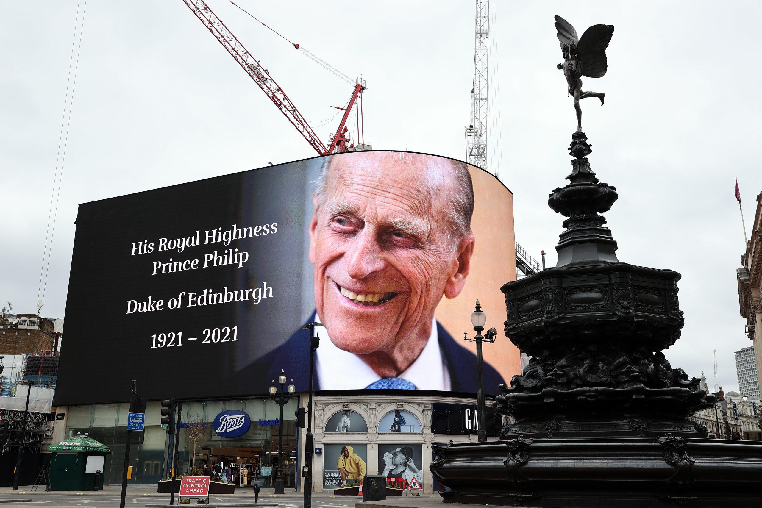 Un grand écran à Piccadilly Circus, Londres, avant les salves de canon pour marquer la mort du Prince Philip.
