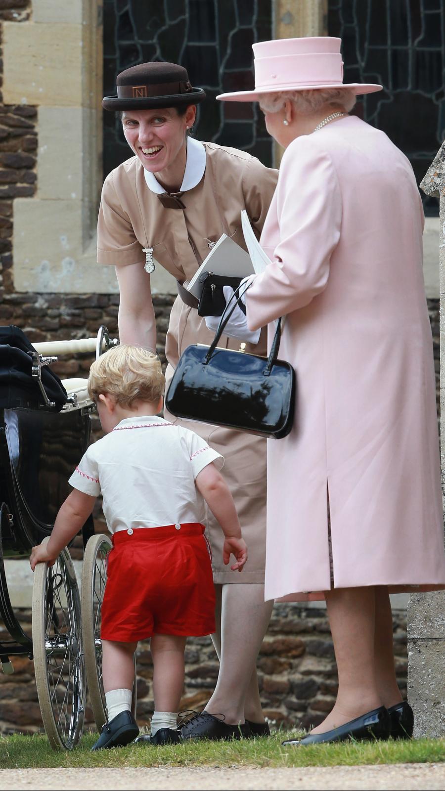 La nounou Norland Maria Teresa Turrion Borrallo, qui s'occupe des enfants Cambridge, photographiée avec la princesse Charlotte, le prince George et la reine.