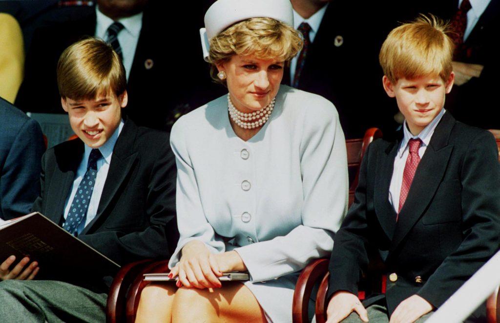 La princesse Diana, princesse de Galles, et ses fils, le prince William et le prince Harry, assistent au service commémoratif des chefs d'État de la VE à Hyde Park, le 7 mai 1995 à Londres, en Angleterre.