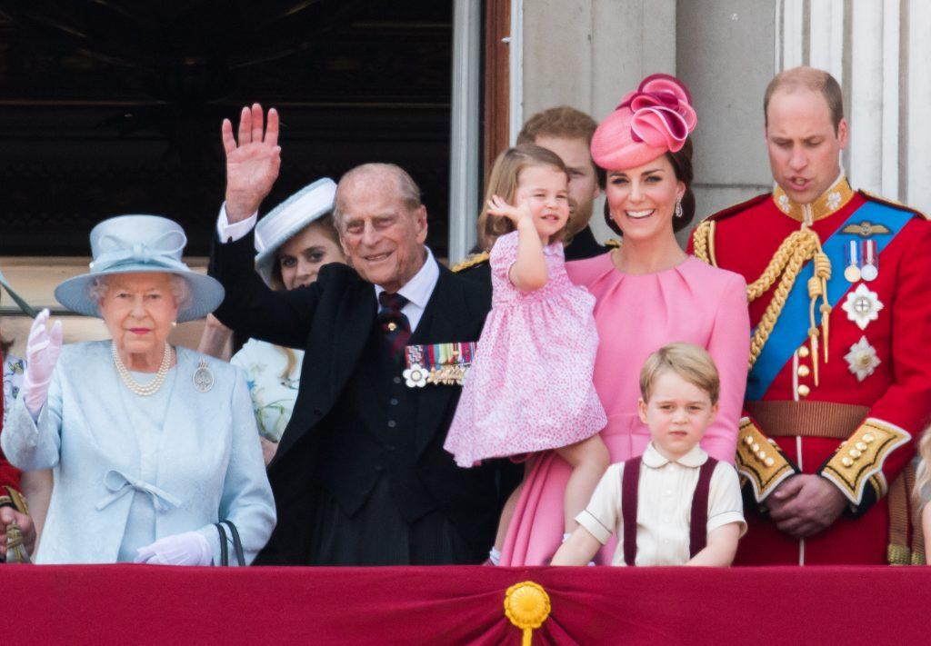 La reine Elizabeth II, le prince Philip, duc de Cambridge, Catherine, duchesse de Cambridge, la princesse Charlotte de Cambridge, le prince George de Cambridge et le prince William, duc de Cambridge regardent depuis le balcon lors du défilé annuel Trooping The Colour, le 17 juin 2017 à Londres, en Angleterre.
