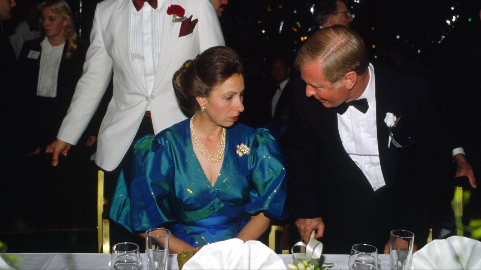 La princesse Anne assise au dîner lors du bal de Berkeley Square à Londres.