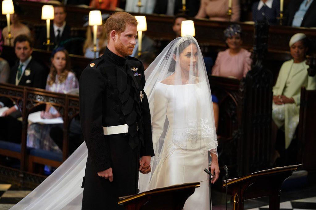 Le prince Harry et Meghan Markle se tiennent ensemble dans la chapelle Saint-Georges du château de Windsor pour leur mariage le 19 mai 2018 à Windsor, en Angleterre.