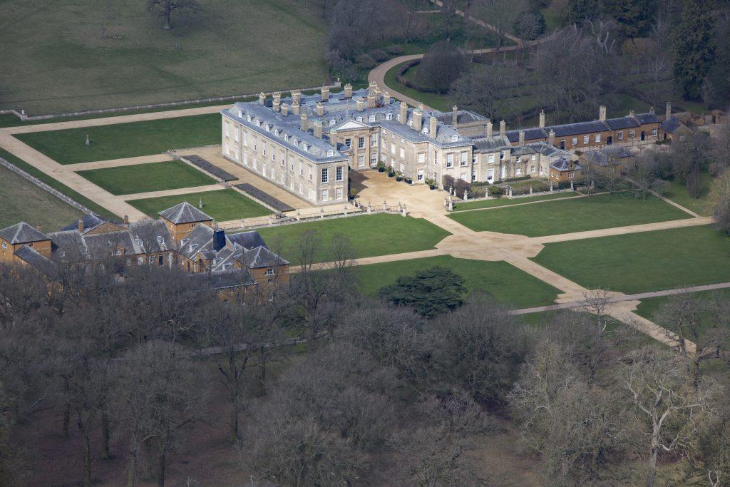 Vue aérienne d'Althorp, cette maison de maître classée grade 1 fut la résidence de Lady Diana Spencer qui devint plus tard la Princesse de Galles. Elle est située sur la route Harlestone entre les villages de Great Brington et Harlestone, à 8 km au nord-ouest de Northampton.