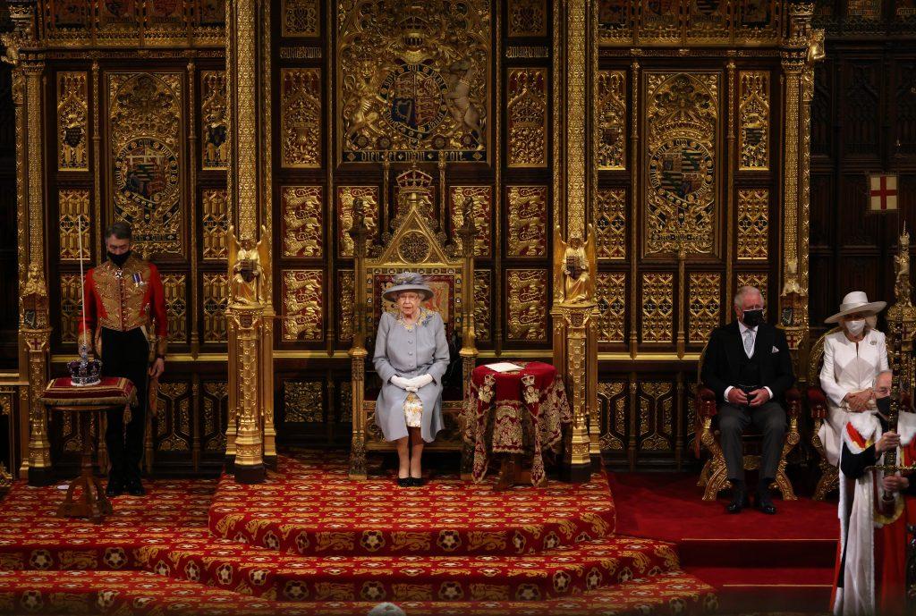 La Reine Elizabeth II prononce le discours de la Reine dans la Chambre des Lords avec le Prince Charles, Prince de Galles et Camilla, Duchesse de Cornouailles assis (R) lors de l'ouverture officielle du Parlement à la Chambre des Lords le 11 mai 2021 à Londres, Angleterre.