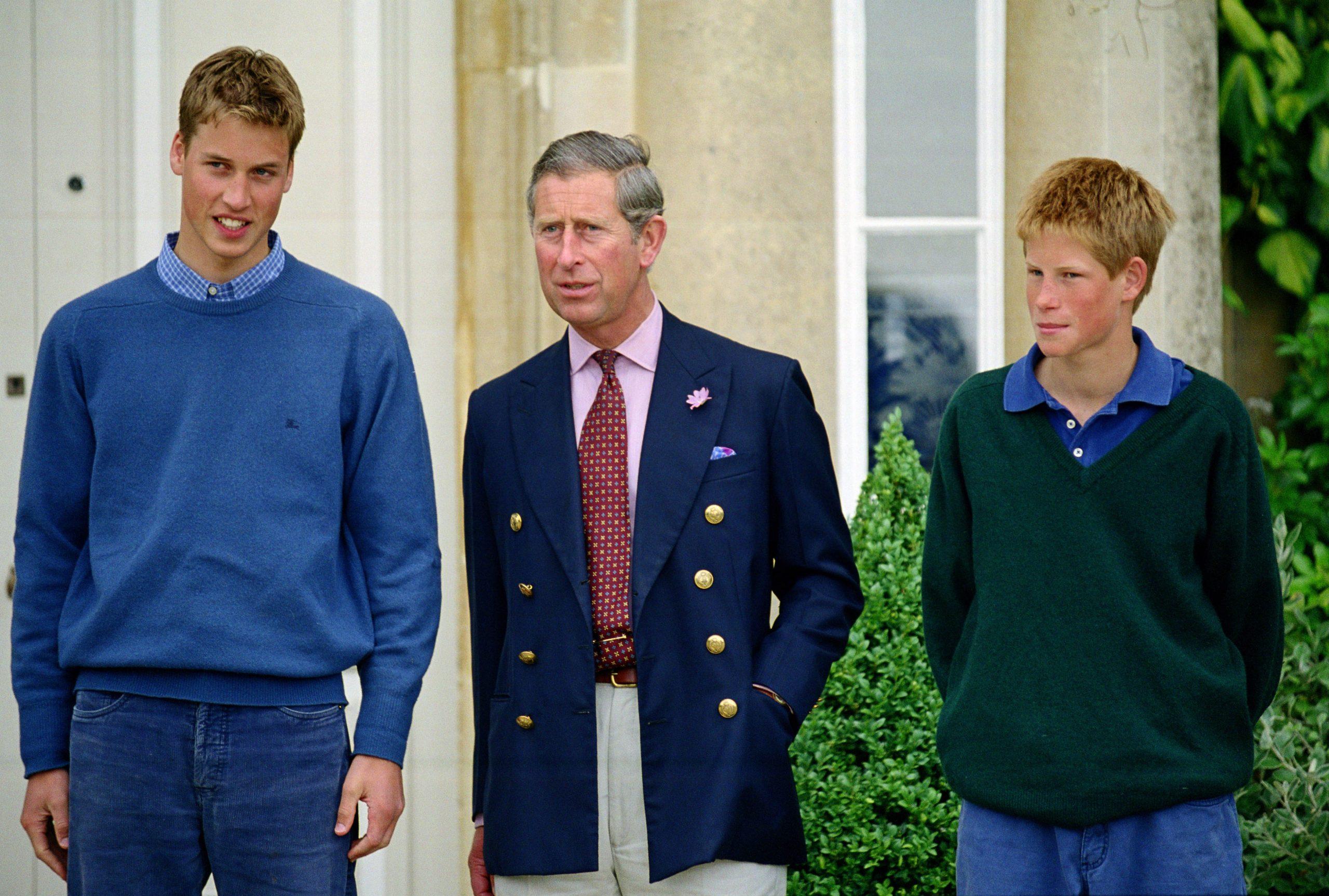 Le Prince Charles, Prince de Galles, avec ses fils, le Prince Harry et le Prince William, dans leur maison de Highgrove, dans le Gloucestershire.